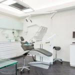 Une salle de soins dentaires lumineuse